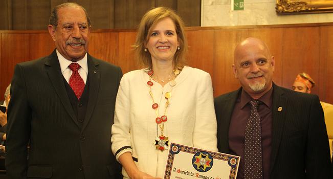 Presidente é homenageada com Grão-Colar do Mérito Cruz do Anhembi